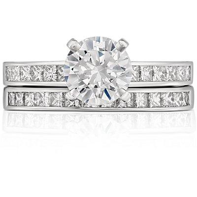 Anillo de diamantes de talla princesa con montura de canal en platino (1/2 qt. total)