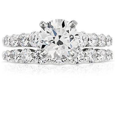 Anillo de diamantes graduados en oro blanco de 14k (1/2 qt. total)