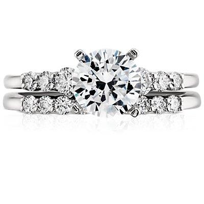 Anillo pequeño de diamantes en platino (1/5 qt. total)