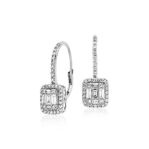 Aretes con cierre mosquetón con diamantes talla baguette en oro blanco de 18k (3/4 qt. total)