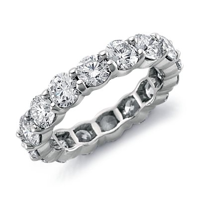 Anillo de eternidad de diamantes exclusivo de Blue Nile en platino (4 qt. total)