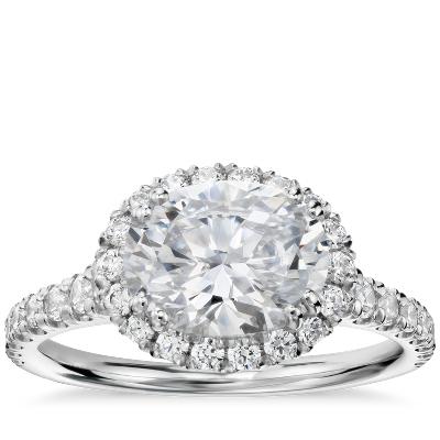 Anillo de compromiso de diamantes con halo este/oeste de talla ovalada de Studio de Blue Nile en platino