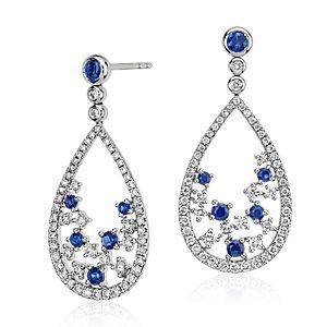 Pendant d'oreille floral diamant et saphir bleu, Blue Nile Studio Something Blue en or blanc 18carats