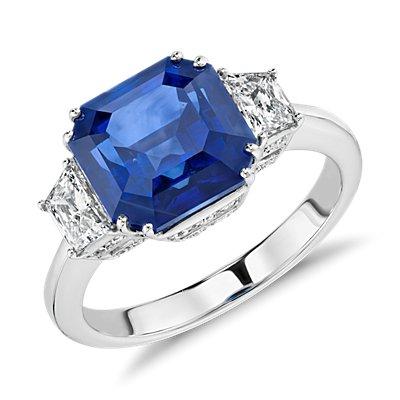 Anillo de tres piedras con zafiro azul y diamantes en oro blanco de 18k (5.52 qt.) (9x7mm)
