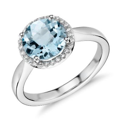 Anillo con halo pequeño de diamantes y topacios azules redondos en oro blanco de 14k (8 mm)