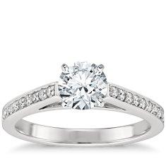 Anillo de compromiso estilo pavé de diamantes con montura tipo catedral en platino (1/4 qt. total)