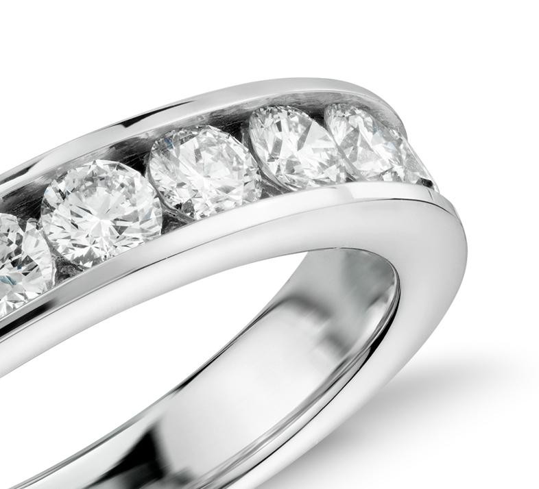 Anillo de diamantes con montura de canal en oro blanco de 14 k (1 qt. total)