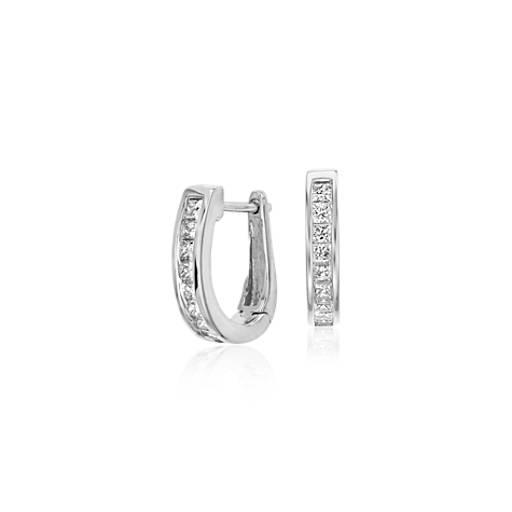 Aretes tipo argolla de diamante con montura de canal en oro blanco de 18 k (1/2 qt. total)
