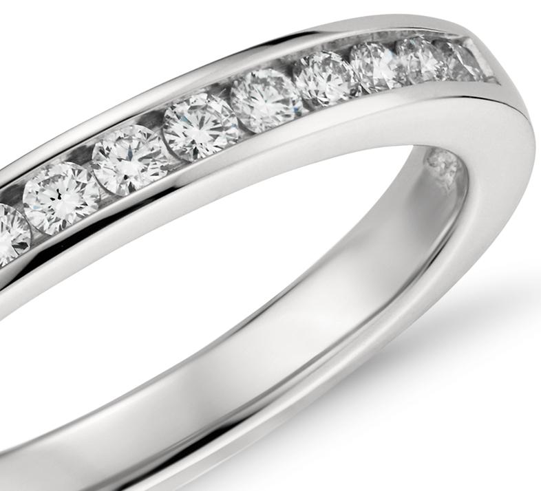 Anillo de diamantes con montura de canal en platino (1/4 qt. total)