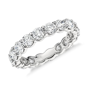 Anillo de eternidad de diamantes clásico en platino (5 qt. total)