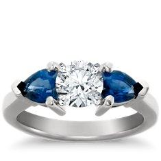 Clásico anillo de compromiso de platino con zafiro con forma de pera para diamantes más grandes