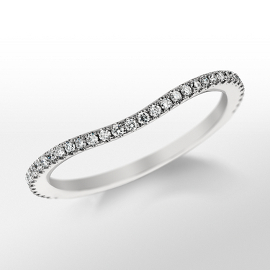 Anillo de pavé de diamantes curvo de Monique Lhuillier