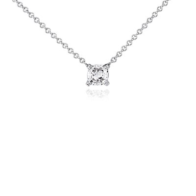 Colgante solitario con diamante de talla cojín en oro blanco de 14k (1/2 qt. total)