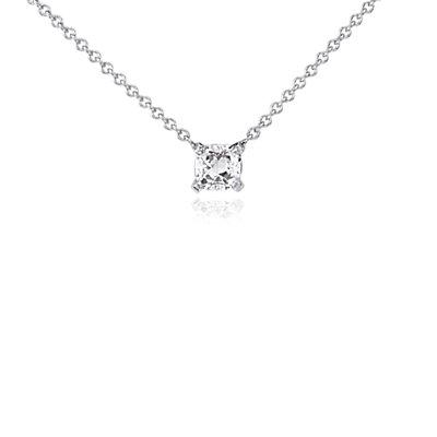 Colgante solitario con diamante de talla cojín en oro blanco de 14 k (1/2 qt. total)