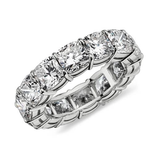Anillo de eternidad de diamante de talla cojín en platino (10,75 qt. total)