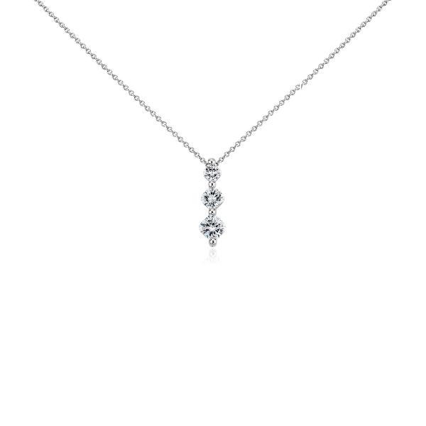 Colgante de tres diamantes de talla cojín en platino (3/4 qt. total)