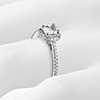 Anillo de compromiso de diamantes halo de talla cojín en oro blanco de 18k (1/4 qt. total)