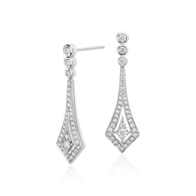 Aretes colgantes con halo de diamantes en oro blanco de 14k (1/2 qt. total)