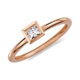Anillo de diamantes de talla princesa y montura de bisel en oro rosado de 14k (1/5 qt. total)