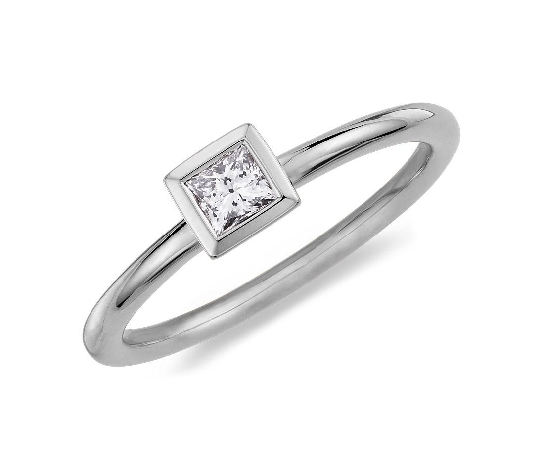 Anillo de diamantes de talla princesa y montura de bisel en oro blanco de 14 k (1/5 qt. total)