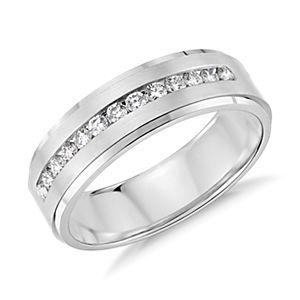 Alianza con diamantes y montura de canal en oro blanco de 14k (1/3 qt. total)