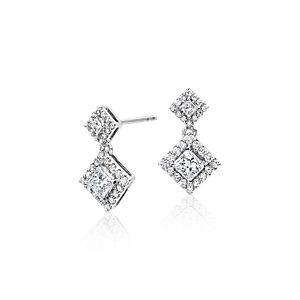 Aretes colgantes con halo y diamantes talla princesa. Oro blanco de 14 k (3/4 qt. total)