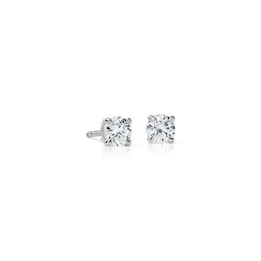 Aretes con diamantes con cuatro garras de oro blanco de 18 k de (3/4 qt. total)