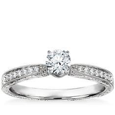 Anillo de compromiso grabado a mano y con diamantes micropavé en oro blanco de 14k (1/6 qt. total)