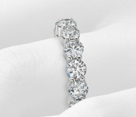 Anillo de eternidad de diamantes exclusivo de Blue Nile en platino (5 qt. total)