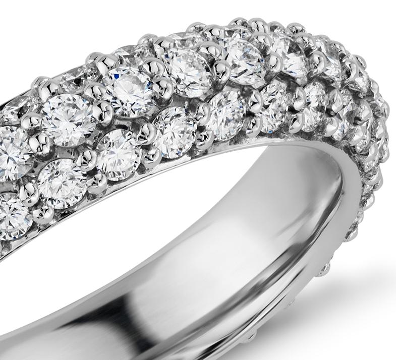 Anillo de eternidad con pavé de diamantes brillantes en platino (1 3/4 qt. total)
