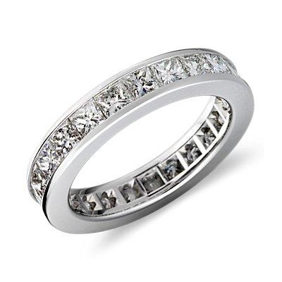 Anillo eternidad de diamantes de talla princesa con montura de canal en platino (3 qt. total)
