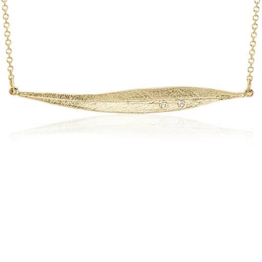 NUEVO. Delicado collar con adorno en forma de hoja y detalle de diamante, en oro amarillo de 14k