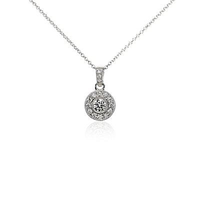 Colgante de diamantes de halo de estilo vintage en oro blanco de 18k (1/2 qt. total)