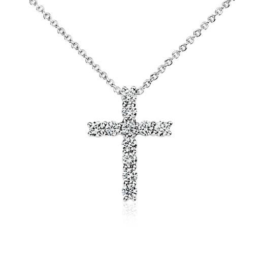 Colgante con forma de cruz de diamantes en oro blanco de 18k (1/2 qt. total)