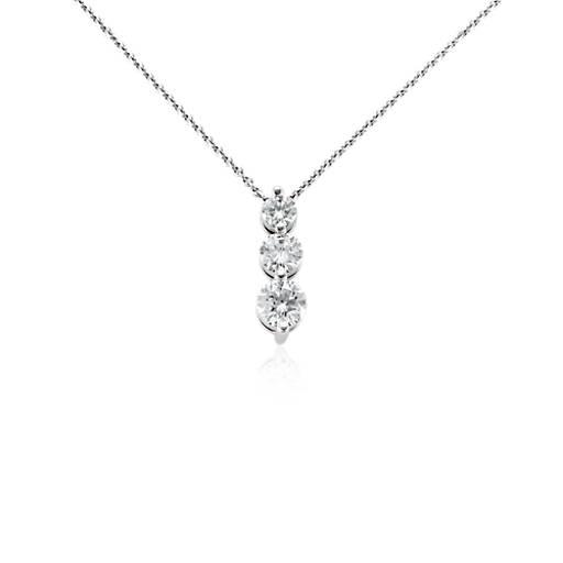 Colgante con tres diamantes en oro blanco de 18k (1 qt. total)