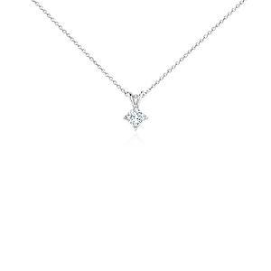 Colgante con diamante solitario de talla princesa en oro blanco de 18k (1/2 qt. total)