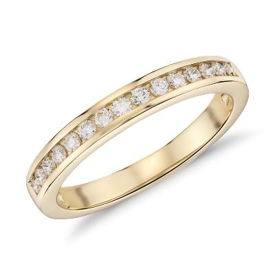 Anillo de diamantes con montura de canal en oro amarillo de 18k (1/4 qt. total)