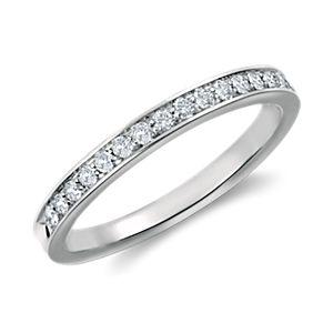 Anillo con pavé de diamantes y engarce tipo catedral en platino (1/5 qt. total)