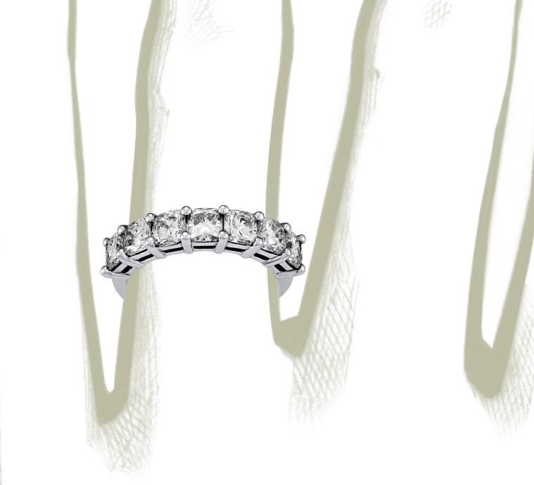 Anillo clásico de siete diamantes de talla cojín en platino (2 qt. total)