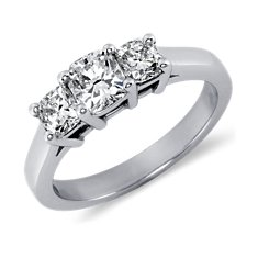 Cushion-Cut Anillo de tres diamantes in Platino (1 qt. total)