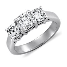 Cushion-Cut Anillo de tres diamantes in Platino (2 qt. total)