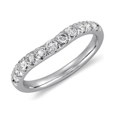 Anillo curvo con pavé de diamantes en platino (1/2 qt. total)