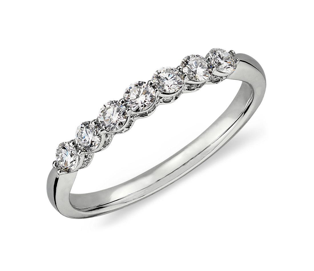 Anillo con micropavé de corona de diamantes en oro blanco de 18 k (1/2 qt. total)