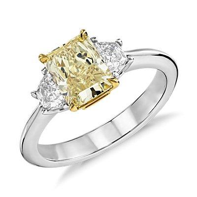 Bague diamant à trois pierres jaune fantaisie en platine et or jaune 18carats (1,33 ct au centre)