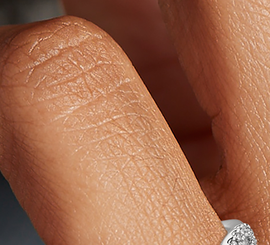 Alianza infinita torcida con micropavé de diamantes en platino (1/5 qt. total)