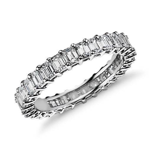 Anillo de eternidad de diamantes de talla esmeralda en platino (2 qt. total)