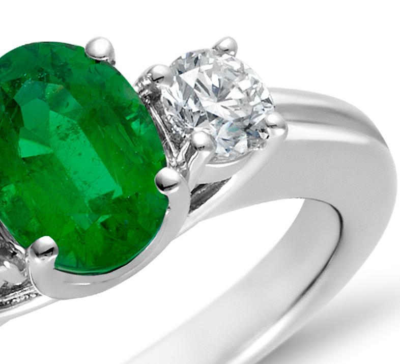 Bague diamant et émeraude en or blanc 18carats (7x5mm)
