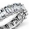 Anillo de eternidad de diamantes de talla esmeralda en platino (7,40 qt. total)