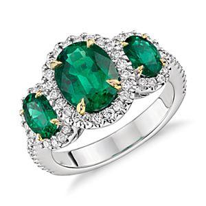 Anillo de tres piedras de esmeralda y diamante con halo en oro blanco y amarillo de 18k (2,95 qt. total)