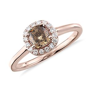 Anillo con halo de diamante de color marrón fantasía en oro rosado de 14k (7/8 qt. total)